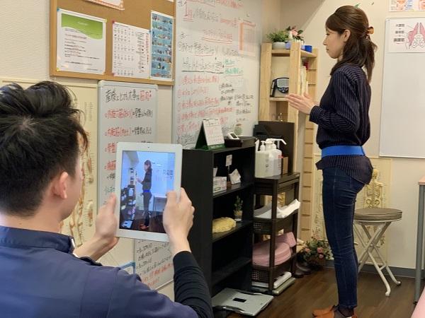 ※姿勢の治療をしている写真+姿勢指導している写真